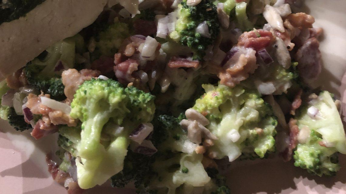 Broccolisalat – nem og hurtig